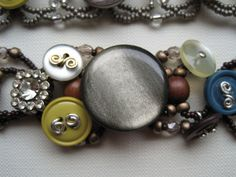 DIY: 20 Accessories With Old Buttons / Love the way the buttons are attached with wire