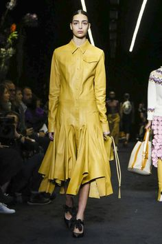 A black out, with only flowers to illuminate the room. A botanical passion is reinforced at the house of Loewe, having already touched upon the theme through a floral calendar created with Steven M...