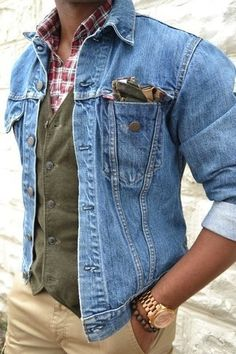 Wear a blue trucker jacket and khaki casual pants to create a great weekend-ready look. When leaves change color and autumn sets in, you'll appreciate how great this look is for awkward transition weather. Mens Fashion Blog, Denim Fashion, Fashion Pants, Look Fashion, Fashion Outfits, Denim Look, Blue Denim, Mode Jeans, Herren Outfit