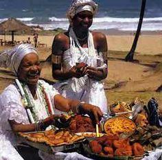 A história da baiana do acarajé começa no período da escravidão, quando os negros chegaram à Bahia , a partir do século XVI, com seus costumes e religião. O acarajé e o abará, principais produtos do tabuleiro da baiana, eram, ao mesmo tempo, alimentos para o corpo e para o espírito, preparados nos terreiros de Candomblé para cultuar os orixás Iansã e Xangô.