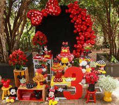 La imagen puede contener: flor y planta Minnie Mouse Birthday Theme, Minnie Mouse Party Decorations, Minnie Mouse Theme, Mickey Mouse And Friends, Mouse Parties, Balloon Decorations, Birthday Party Decorations, Minne, Alice