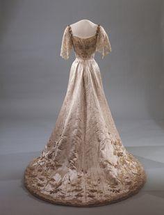 1906 Gala dress of Queen Maud of Norway. http://25.media.tumblr.com/tumblr_m67kprkcMt1qf46efo2_500.jpg