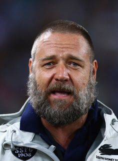 Surprising new look for big-bearded Russell Crowe. Zach Galafianakis eat your heart out. Beard Styles Names, Types Of Beard Styles, Types Of Beards, Beard Styles For Men, Moustaches, Growing A Full Beard, Lgbt, Film Man, Russell Crowe