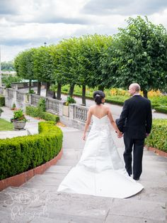 Bride and Groom in Beautiful gardens. Oakes Garden Theatre is a beautiful destination wedding venue in Niagara Falls. @niagaraparkswed  #JoshBellinghamPhotography