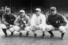 Lou Gehrig y Babe Ruth, New York Yankees, junto a Tris Speaker de Philadelphia Athletics y Ty Cobb, Detroit Tigers, el 11 de abril de 1928, durante el juego inaugural.