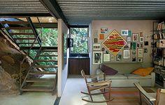 A casa do artista e arquiteto Mário Fraga é cercada pelo verde e tem paredes de vidro. O mobiliário é herança de família