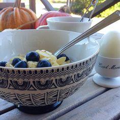 Kalla mig galen men det fick bli frukost ute i höstsolen idag. Denna i form av kokosgröt med mandelspån, blåbär och osötad mandelmjölk, ett kokt ägg och grönt te. Lite kyligt men ändå underbart mysigt! Hehe har jag nämnt att jag fullkomligt älskar den här tiden på året? ☕️☀️ #Padgram