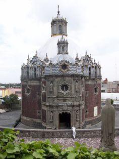 """CAPILLA DEL PACITO - MÉXICO D.F """"Fue construido bajo las órdenes del arquitecto Francisco Guerrero y Torres, entre los años 1777 y 1791. En conjunto con elementos barrocos, que presentan dinamismo en su forma y línea, pero que en el fondo, representan una mezcla, tanto de lo traído de Europa, como lo propio del lugar y país donde se emplaza. Recibe este nombre debido a que se emplaza cercano a un manantial o pocito, donde el indio Diego tuvo la aparición de la Virgen del Guadalupe."""""""