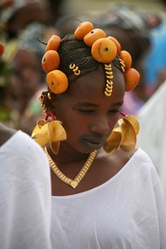 Africa | Peul (Fulani/Fube) woman adorned in amber and gold.  Diafarabé village  in the rural commune of the Cercle of Ténenkou in the Mopti Region of Mali | ©Catherine and Bernard Desjeux