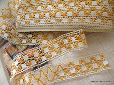 LINGE ANCIEN / 9 / Entre-deux de dentelle ancienne bicolore du Puy aux fuseaux mécaniques de 4 cm de large avec fil jaune