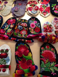 Embroidered mittens from Dala-Floda in Sweden Scandinavian Embroidery, Swedish Embroidery, Wool Embroidery, Wool Applique, Floral Embroidery, Textiles, Laine Rowan, Folk Clothing, Art Textile