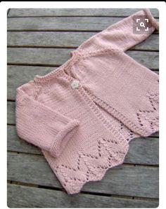 sugar baby love - ittybitty Sugar Baby Love baby cardigan -- free pattern (in French) Baby Sweater Patterns, Baby Cardigan Knitting Pattern, Crochet Baby Cardigan, Knit Baby Sweaters, Girls Sweaters, Baby Knitting Patterns, Baby Knits, Cardigan Bebe, Cardigan Rosa