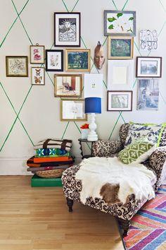 Bir sürü fotoğraf çerçeveleri ile yapılan duvar dekorasyonuna ait fikirler buldum. İlham al ve hemen uygula. Evinin duvarlarına samimi bir renk kat.