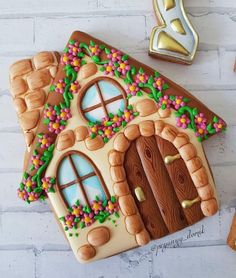 58 Ideas For Cupcakes Decoration Christmas Gingerbread Houses Fancy Cookies, Iced Cookies, Cute Cookies, Royal Icing Cookies, Cupcake Cookies, Cookies Et Biscuits, Christmas Sugar Cookies, Easter Cookies, Gingerbread Cookies