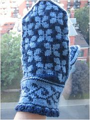Ravelry: Lilac Mittens pattern by Heather Desserud. FREE  Pattern