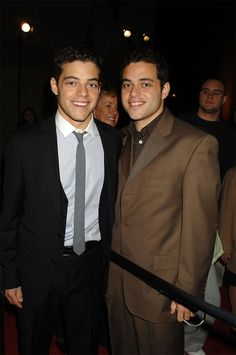 Rami Malek and twin brother Sami Malek at the premiere of Night at the Museum. Actors Male, Actors & Actresses, Sami Malek, Celebrity Siblings, World Movies, Night At The Museum, Mr Robot, Famous Men, Famous People