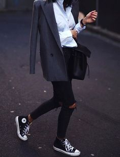 The casual-chic style: what is it and how to create a casual chic outfit?The casual-chic style: what is it and how to create a casual chic outfit? Style Converse, Mode Converse, Sneakers Mode, Outfits With Converse, Converse Sneakers, Black Outfits, Black Sneakers Outfit, Sneakers Style, Fashion With Sneakers