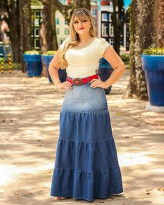 La imagen puede contener: 1 persona, de pie y exterior Tall Girl Fashion, Denim Fashion, Modest Fashion, Fashion Outfits, Maxi Skirt Outfits, Maxi Shirt Dress, I Dress, Remake Clothes, Fiesta Outfit
