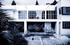 A partir de 1924, persuadée par Jean Badovici, Eileen Gray se Dirigera vers l'Architecture - Sa Villa E-1027 sera Construite au Cap Martin, à Roquebrune en 1926-27 - Les Travaux furent Terminés en 1929 puis, à la suite de leur Séparation en 1932, Badovici y résidera jusqu'à sa Mort en 1956