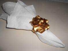 Rosa em ouro velho no guardanapo.