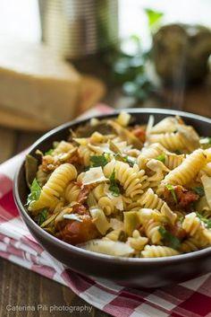 Pasta con carciofi e scaglie di parmigiano reggiano,un primo piatto leggero con ingredienti di stagione