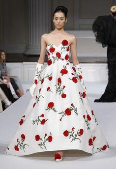 This is so feminine and pretty. I love the bright red accents. (Oscar de la Renta Spring 2011)