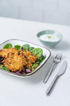 Die Frage aller Fragen: Was gibt es zum Mittagessen? 🤔Passend zu unserer Frühlingsstimmung 🌷 stehen heute g'schmackige, vegetarische Käse-Gemüselaibchen mit leichter Rahmsauce auf unserem Speiseplan. 👨🍳 Sie schmecken nicht nur herrlich, sondern sind auf Salat angerichtet auch ein leichtes, gesundes Mittagessen. Gleich ausprobieren! Zucchini, Risotto, Ethnic Recipes, Food, Vegetarian Cheese, Meat, Healthy Lunches, Credenzas, Essen