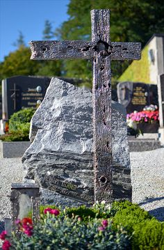 GAHR | Grabkreuze vom Künstler, Moderne Grabmale vom Bildhauer, Grabzeichen, Grabdenkmale Unikate