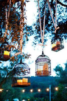 Enfermez des bougies dans des cages en fer forgé et suspendez-les dans les arbres...