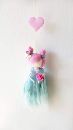 sprookje met roze haren, vilten fairy mobiele, wol fairy, fairy mobiele, opknoping mobiel, Gevilte feeën, wol mobiele fairy, vilten prinses Een sprookje met roze haren met een bloemetje aan de kant. Een mint-groene jurk De hoogte van de fee is ongeveer 8 inch Gemaakt van wol en