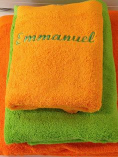 Coffret de bain jaune soleil brodé personnalisé : Textiles et tapis par atelier-de-pique-brodeuse