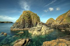 Mullion Cove on de Lizard Peninsula, Cornwall-England_ UK Cornwall Coast, Devon And Cornwall, Cornwall England, England Uk, Beautiful Rocks, Beautiful Places, Horizontal Wall Art, Seaside Village, Morning View