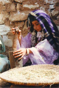 Grinding grain in Algeria Beautiful World, Beautiful People, Beauty Around The World, Out Of Africa, African Countries, North Africa, People Around The World, Traditional Dresses, Portrait