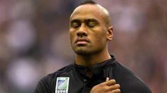 The first true global superstar of rugby union, Lomu burst to fame in the 1995 World Cup scoring four tries against England in the semi-final. All Blacks Rugby Team, Nz All Blacks, Rugby League, Rugby Players, Jonah Lomu, Mary Lou Retton, Blood Sweat And Tears, Sport Motivation, New Zealand