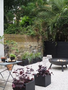 Before & After: My contemporary garden makeover with Wyevale Garden Centres - London garden makeover - black fencing - cream gravel - simple outdoor living Patio Fence, Front Yard Fence, Backyard Fences, Garden Fencing, Front Yard Landscaping, Cedar Fence, Concrete Fence, Farm Fence, Bamboo Fence