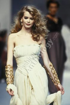 "rebelleluxe: ""Claudia Schiffer for Chanel, Spring-Summer Couture "" 1990s Fashion Trends, 80s And 90s Fashion, Runway Fashion, High Fashion, Fashion Show, Womens Fashion, Claudia Schiffer, Karl Otto, Original Supermodels"
