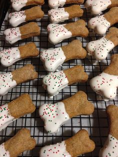 Dog Treats: Biscuits with Frosting & Sprinkles Puppy Treats, Diy Dog Treats, Homemade Dog Treats, Dog Treat Recipes, Healthy Dog Treats, Dog Food Recipes, Make Dog Food, Dog Biscuits, Dog Birthday