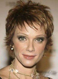 Tagli capelli corti 2014 per cinquantenni - Taglio corto castano con riflessi chiari