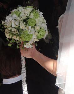 Bouquet da sposa viburno, fresie e rose