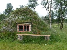 Saami Hut - located in the tundra and forests of northern Norway. Off Grid House, Underground Homes, Beautiful Homes, Beautiful Places, Natural Homes, Unusual Homes, Earth Homes, Cabins And Cottages, Earthship