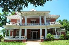 Kell House Museum, Wichita Falls — Built in 1909 by Frank Kell, the Neo-Classical Kell House Museum provides an elegant and stately backdrop for weddings, receptions, rehearsal dinners, anniversary parties, luncheons, business meetings, and dinner parties.