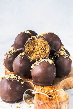 These Peanut Butter Vegan Truffles are paleo, gluten-free, refined sugar free, and absolutely addicting. Super easy to make, only 5 ingredients! Vegan Truffles, Peanut Butter Truffles, Vegan Peanut Butter, Vegan Cupcakes, Paleo Sweets, Healthy Desserts, Easy Desserts, Dessert Recipes, Vegan Treats