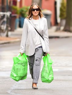 Star Tracks: Tuesday, April 28, 2015 | CREATURE OF COMFORT | Dressed in sweats and an oversized blazer, Sarah Jessica Parker runs errands on Monday in N.Y.C.'s in SoHo neighborhood.