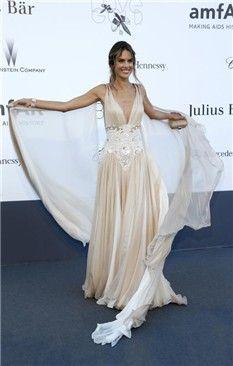 #AlessandraAmbrosio, en la gala amfAr, con un vestido de inspiración griega en color crema de #ZuhairMurad.