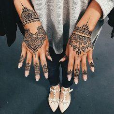Épinglé par gunni molph sur henna хна, мехенди et узоры хной. Henna Tattoo Designs, Henna Tattoos, Tattoo Platzierung, Henna Ink, Henna Tattoo Hand, Henna Designs Easy, Beautiful Henna Designs, Bridal Mehndi Designs, Mehandi Designs