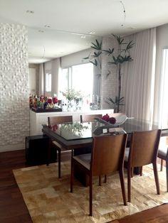 Esta sala de jantar conta com buffet, adega e espelho. O tapete dá o toque de aconchego. Dining Buffet, Dining Room Table, Dining Area, Dinner Room, Diy Room Decor, Home Decor, Decoration, Home And Living, Sweet Home