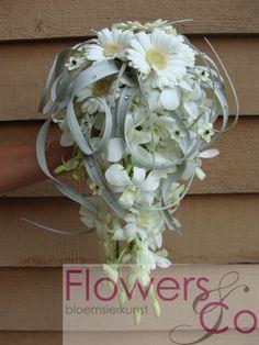 Bruidsboeket Tilandsia en gerbera. U kunt ook voor andere kleur- en bloemcombinaties kiezen. Wij adviseren u graag over de mogelijkheden.