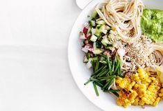 Vegane Spaghetti-Bowl mit Erbsen-Sesammus und Gurkensalsa