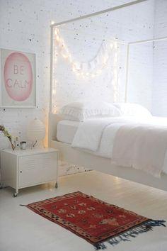 Foto: Romantische und gemütliche Idee für das Schlafzimmer einfach eine Lichterkette am Bett aufhängen. Veröffentlicht von GrossstadtKind auf Spaaz.de