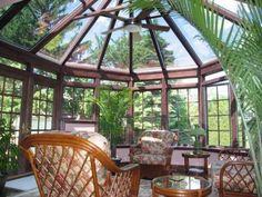 véranda-bois-décoration style colonial meubles bois palmiers